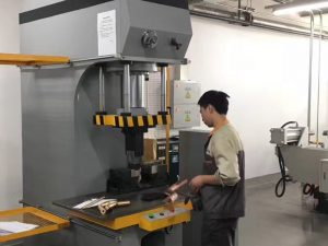 Cliente de Japón que prueba la máquina de la prensa hidráulica en nuestra fábrica