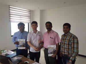 Los clientes de Sri Lanka hablan sobre la tecnología con Mr.Tai en nuestra oficina